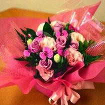 アレンジ花は花束に比べてお持ち帰りし易く人気です。記念日プランにはデフォルトでついています。