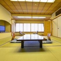 12.5畳スタンダード客室。ゆったりした数寄屋造のお部屋には液晶TVにDVDも設置されています。