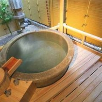 露天付き客室の露天は、御影石の丸型やくり抜き型など多彩なかたちがあります。