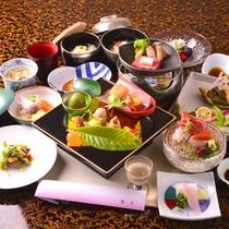 ご夕食は18時から19時30分まで30分刻みでスタート時間が選べます。基本的にお部屋食です。