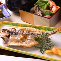 ご朝食、熱海と言えばアジの干物!老舗干物店『釜鶴』とコラボした、プレミアム干物を食すプランも大人気。