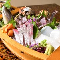 別注文用・船盛り。2人前から承ります。お魚は評判の高い地元の老舗鮮魚店から仕入れています。
