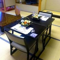 椅子とテーブルでお食事できるプランもあります。ご高齢のお連れ様などに喜ばれております。