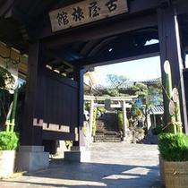 お正月の古屋旅館玄関前。門松がお客様をお出迎えします。(1月7日まで)