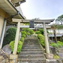 敷地内には天満宮が。菅原道真公が祭られています。道真自作と言われる木彫り像を補完しています。