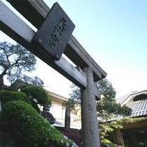 敷地内にある古屋天満宮。階段途中の狛犬は200年以上前のものです。