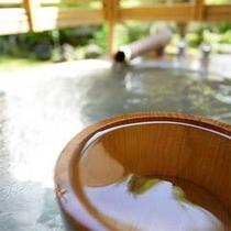 露天付き客室の露天風呂には、水の蛇口も設置。ご妊婦様などは水を足してぬるめでお入り頂けます。