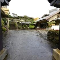 シンボルの武田屋形門をくぐると、右手にフロント(本館)、左手に天満宮と新館があります。