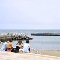 熱海サンビーチは当館よりたった徒歩3分。夏休み期間は当館でも海グッズを貸出し中です。