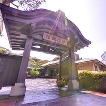 武田信玄屋形門は映画『影武者』で使用。多くのお客様が門の前でお写真を撮ります。