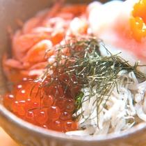 【こだわりの朝ごはんミニ2色丼】しらすと桜海老の2色丼。女性の方でも食べやすいミニサイズでご提供