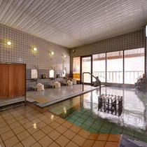 *女性用大浴場/洗い場も広さたっぷり。扉の向こうには露天風呂もございます。