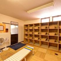 *男性用大浴場/脱衣所は広々としたスペースを確保。