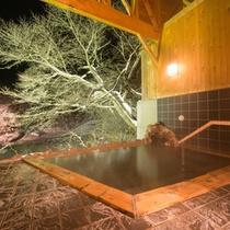 *貸切露天風呂/夜はライトアップされたお庭を眺めながら、癒しのひとときをお過ごし下さい。