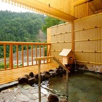 *女性用大浴場/渓流を眺める露天風呂は、岩手山からの地下深層水を使った沸かし湯。