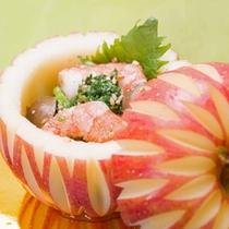 *お料理一例/リンゴが美しい器に大変身。上質なお食事のひとときをお楽しみ下さい。