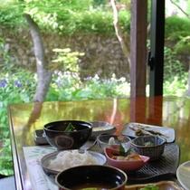 朝食は緑に囲まれたレストランで