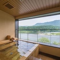 露天風呂付客室 『そよかぜ』 露天風呂 大河の悠々と流れる様子を眺めて