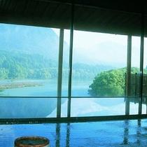 大浴場です。ゆったり流れる大河の景色と温泉をご堪能ください。
