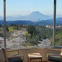 窓からは眼下に広がる絶景。快晴時には桜島も望めるモダン和室。