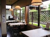 食事処:桜並木に面した食事処(テーブル席)。季節の移り変わりを楽しみながら食事ができます