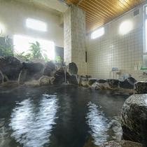 *【大浴場】2つ並んだ湯船のうち透明のお湯の湯船は普通のお湯でございます。