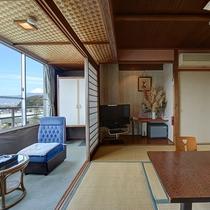 *【部屋(富士山を眺める和室8畳)】和室8畳では窓際のくつろぎスペースで富士山を臨む事ができます