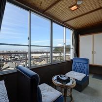 *【部屋(富士山を眺める和室8畳)】お部屋からは富士山だけでなく沼津の街並を一望できます。