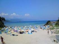 白砂がきれいな九十浜海水浴場