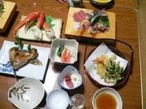 夕食一例。地元の新鮮な魚介類を中心とした家庭的な料理