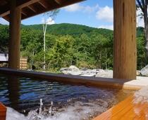 大浴場「古民家の湯」屋根付きの露天、ひのき露天風呂です。