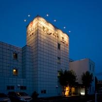 *【外観(夜)】ビジネスや世界遺産に登録された富士山&周辺観光の拠点宿としてのご利用に最適。