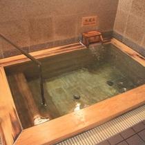 *ひのきの浴槽。男湯の水風呂です。サウナの後にさっぱりクールダウン♪