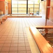"""*当ホテルのアルカリ温泉""""ゆるり""""。総ひのきの浴槽が2ヶ所ございます。"""