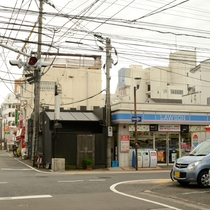 高千穂通りから左折後に見えるローソン。ここを右折すると左側に当ホテルがございます!