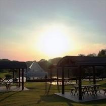 輝く夕日に包まれたBBQガーデン。高原の景色を眺めながらの食事は開放感いっぱいです。