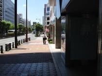 改札出口右へ出た町の風景