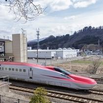 室内から見える秋田新幹線こまち
