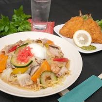 名物にしたい自慢の夕食「花巻土澤焼きそば」と揚げ物の大定番「アジフライ」の欲張りセット