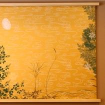 壁にかかるのは唐紙師トトアキヒコ氏の「季風の道」