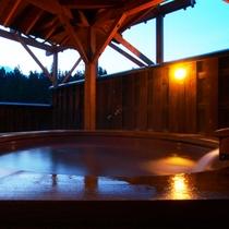 *【温泉】屋上の露天風呂は、褐色の塩の道温泉です。