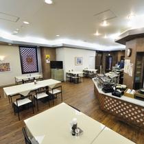 【ご朝食会場】         明るい雰囲気の会場でお待ちしております。