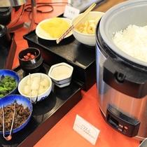 【こ朝食メニュー】        コシヒカリがうんとおいしくなるお漬物もいっぱい。