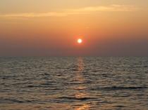 夕焼けに染まる白浜の海