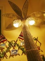 館内のオブジェ「椰子の木ライト」