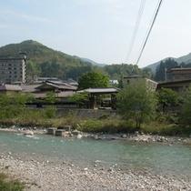 <外観> 宿の前には阿知川が流れています