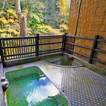 *緑の色づきも楽しめる露天風呂