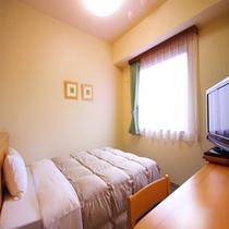 幅広ベッドです。地域でも1番お薦め禁煙シングル:東館 禁煙75室 ベッドサイズ140×196(cm)