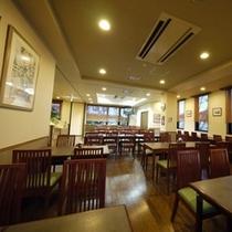 広いレストラン・・・。夕方18時より営業を開始、21時30分ラストオーダー!日・祝祭日がお休みです!