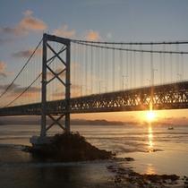 大鳴門橋越しに見える朝日